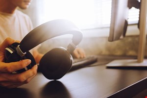 Best Noise-Cancelling Headphones for Frequent Travelers