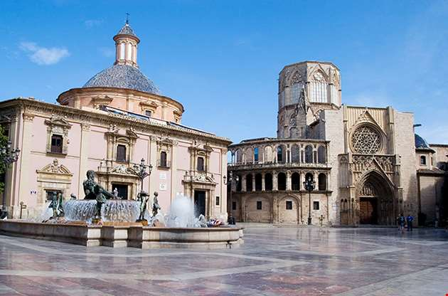 plaza-of-the-virgen-in-valencia-spain-Plaza Of The Virgen In Valencia, Spain