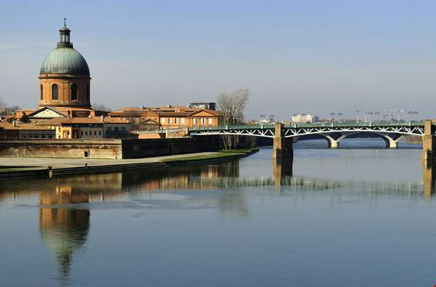 the-garonne-river-in-toulouse-The Garonne River in Toulouse